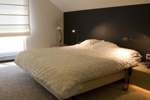 Achterwand Voor Slaapkamer : Slaapkamer met bed kast en antraciet achterwand doret schulkes
