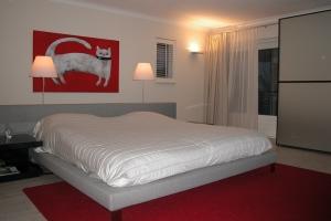slaapkamer met bed+kleed, kast en bruin vlak - Doret Schulkes ...